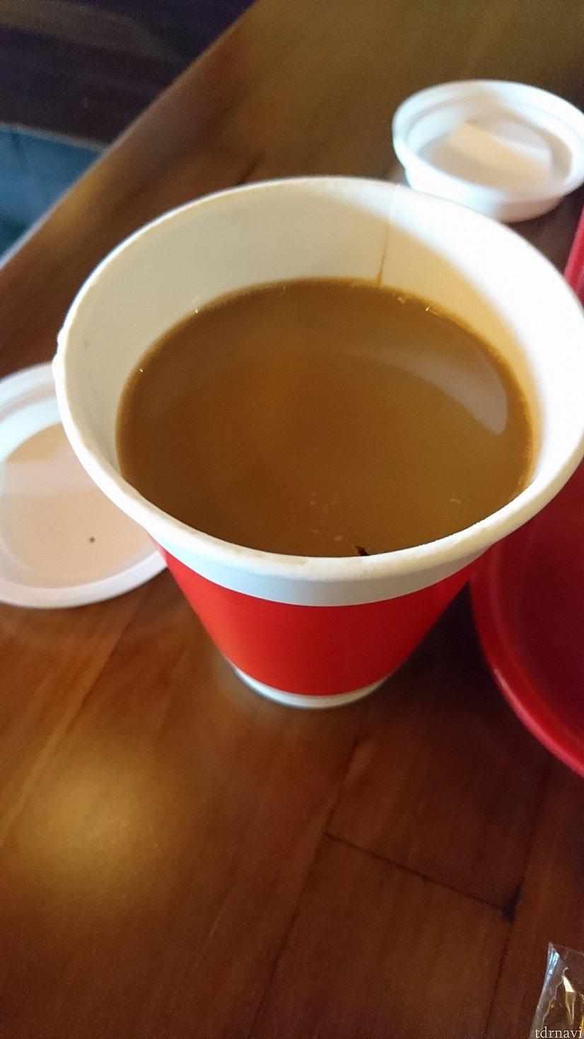 ホットコーヒーです。なんと既に甘くミルクも入っていました。正直美味しくないです。