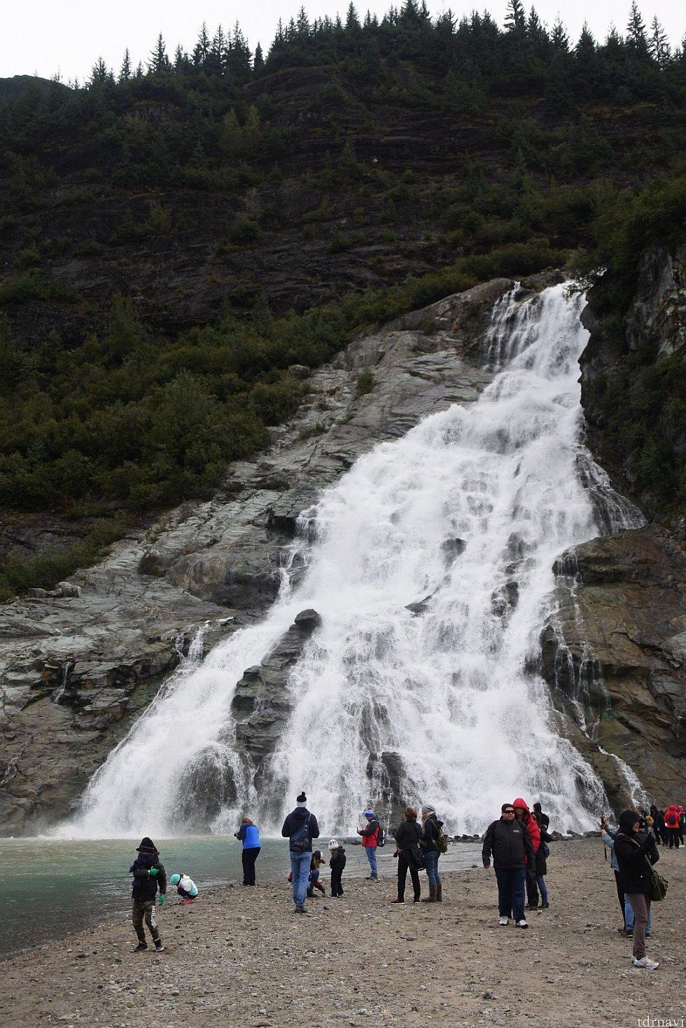 滝はこんな近くに!迫力がありました!