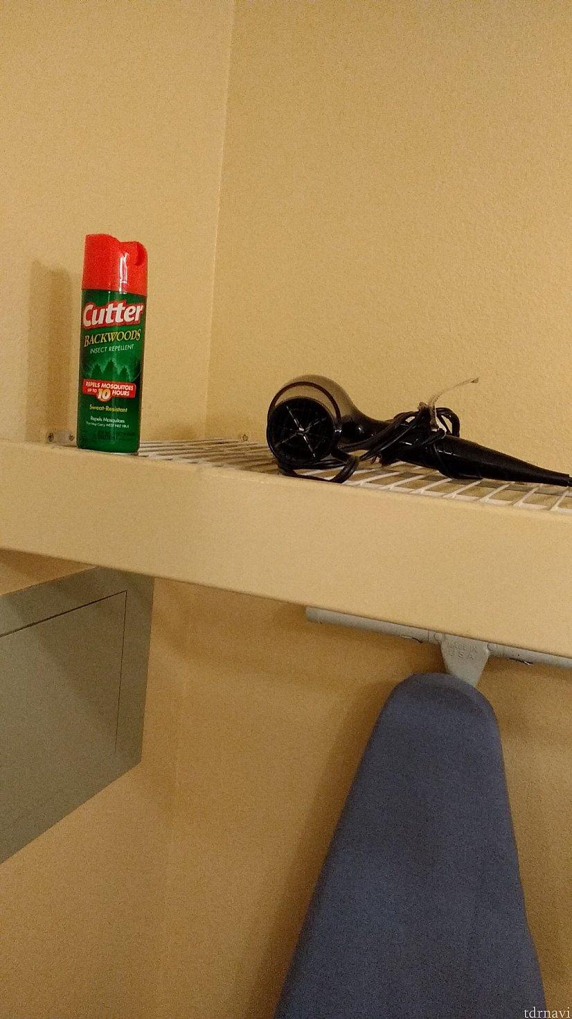 上の棚にドライヤーと虫除けスプレーかな?があります。