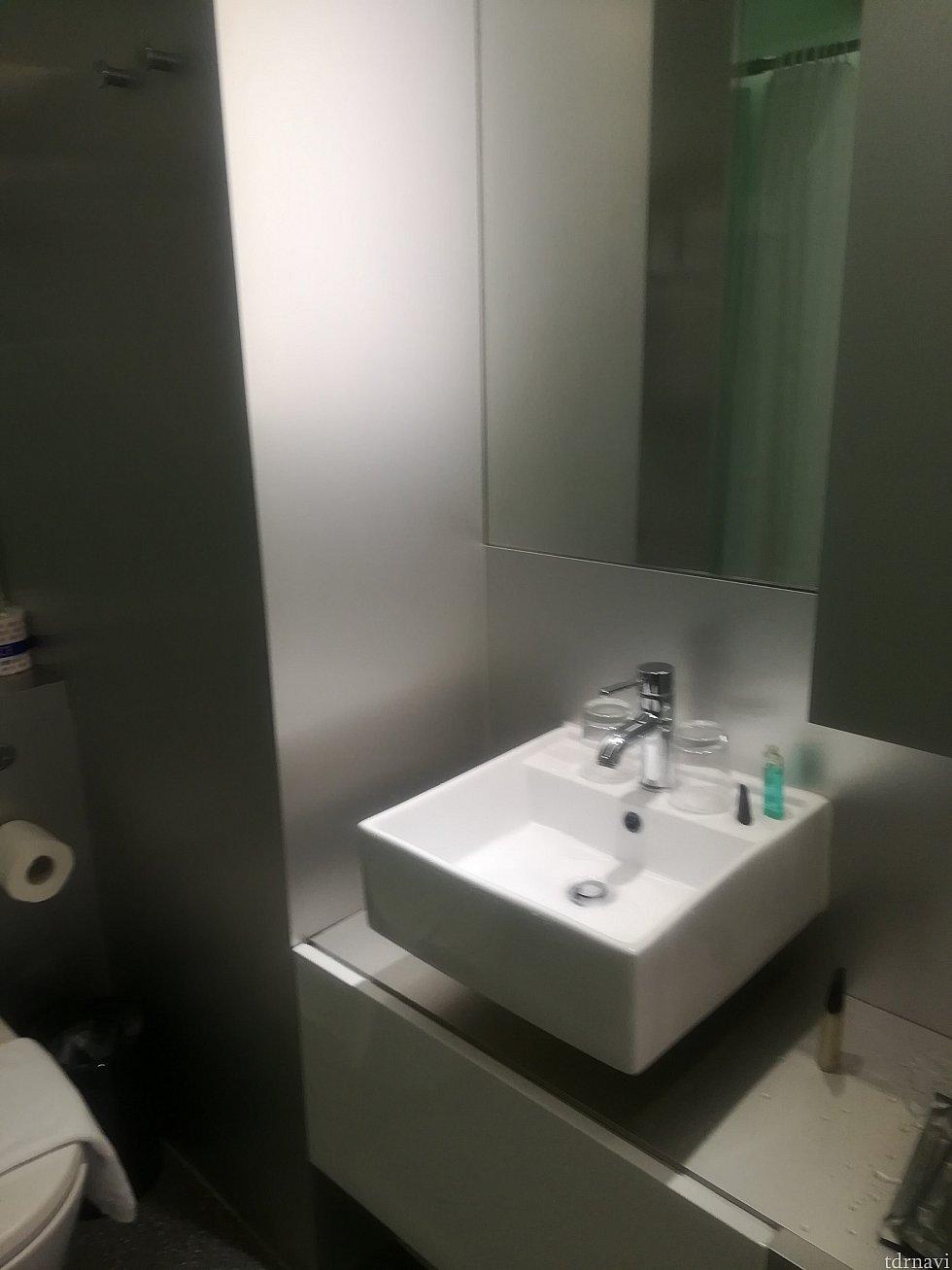 洗面台…水の勢いありすぎてすでに水が飛び散ったあとの写真です(;´∀`)