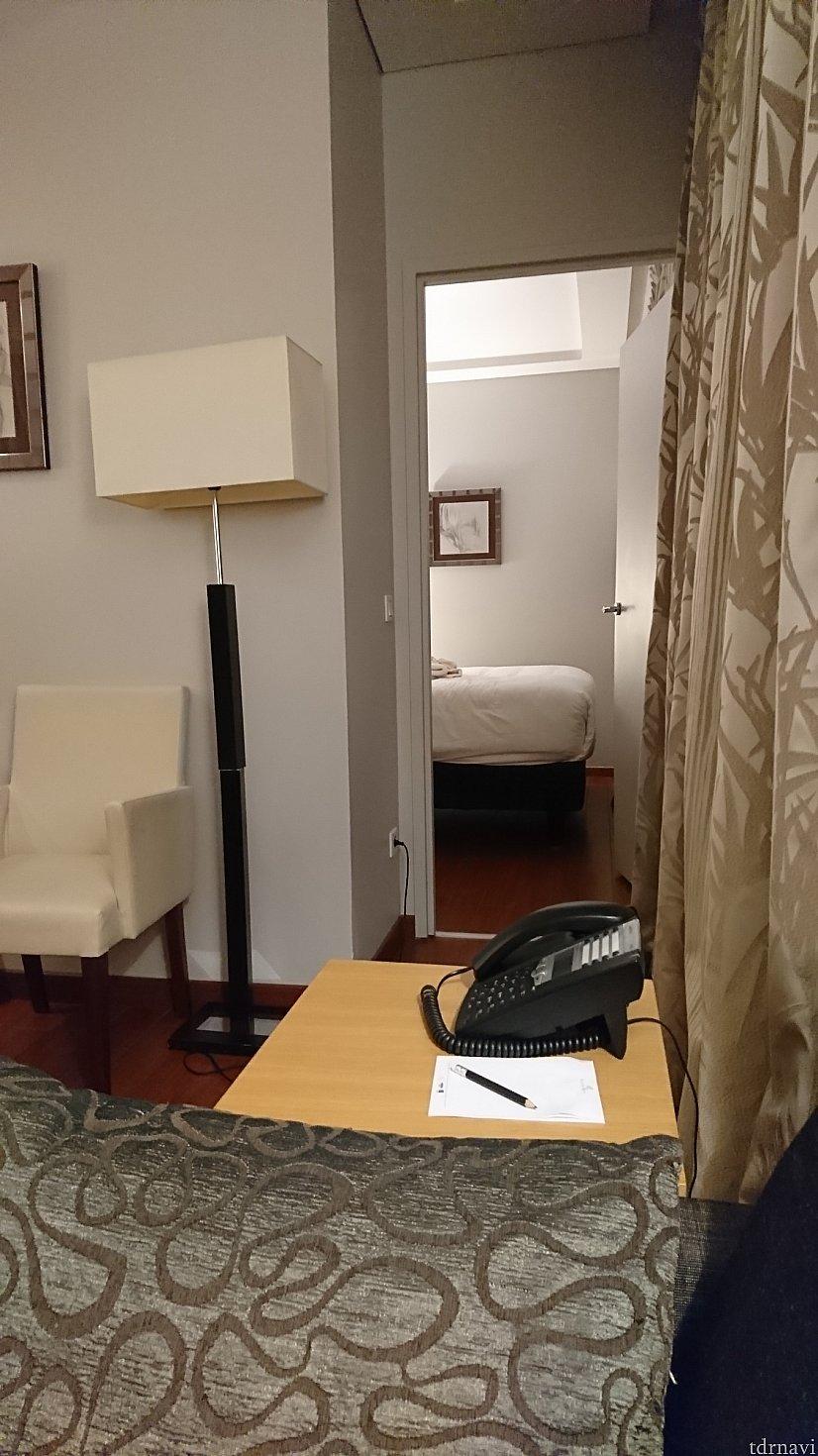 奥が寝室、その先にバスルーム