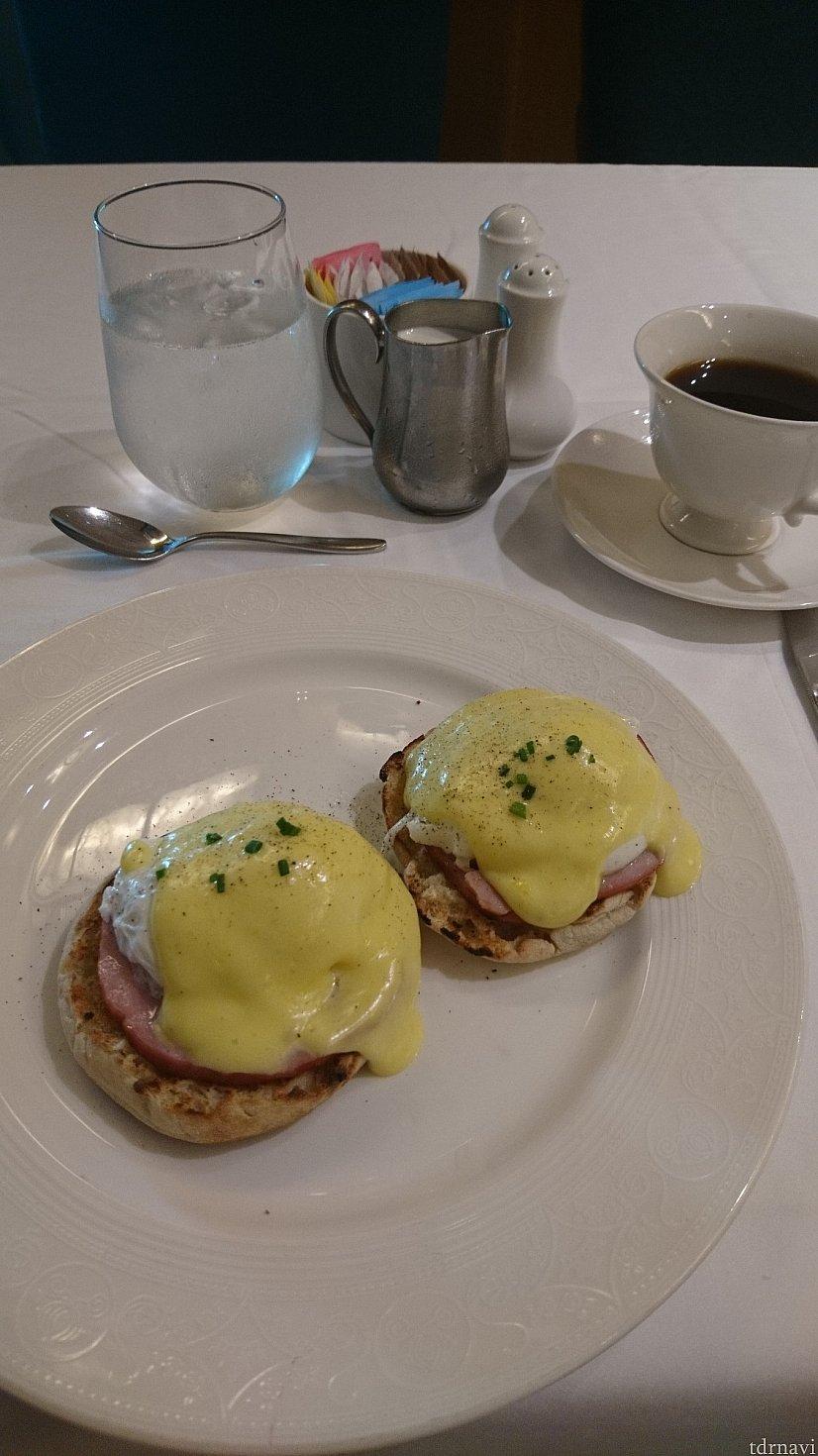 朝食のエッグベネディクトです♪