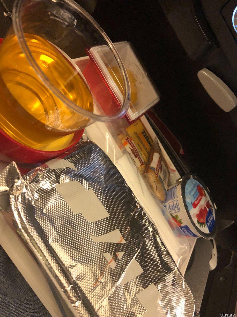 シカゴ発成田行き 機内食2食目 グラタンだったと思います。