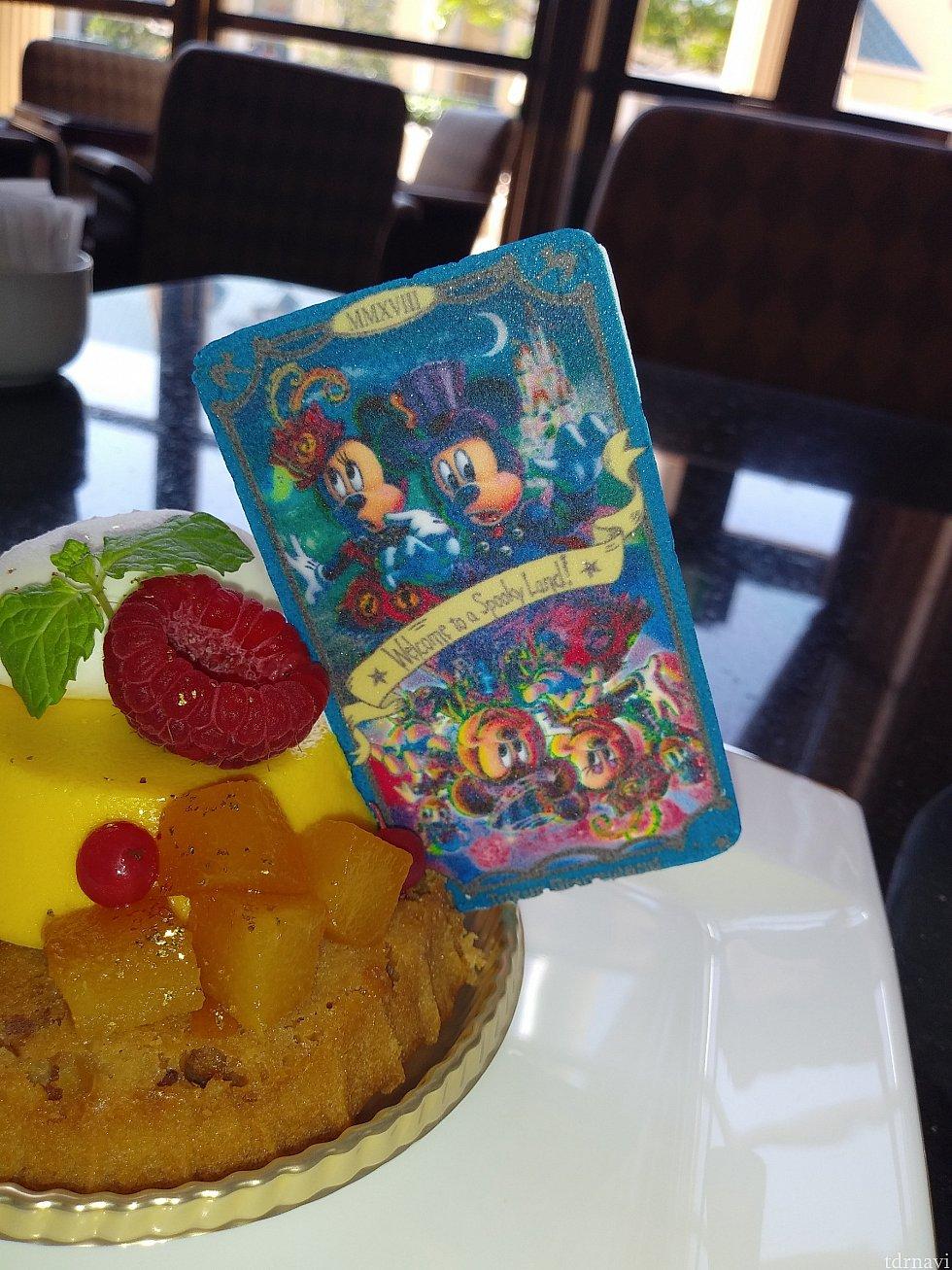 ミッキーとミニーのタロットカードは、変身前と変身後の絵柄になっています。