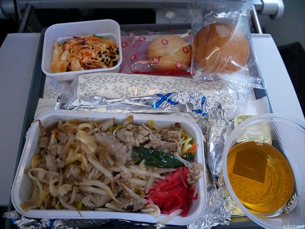 【復路】麺類を選択しました。左上の赤いサラダは結構辛くて驚きました。