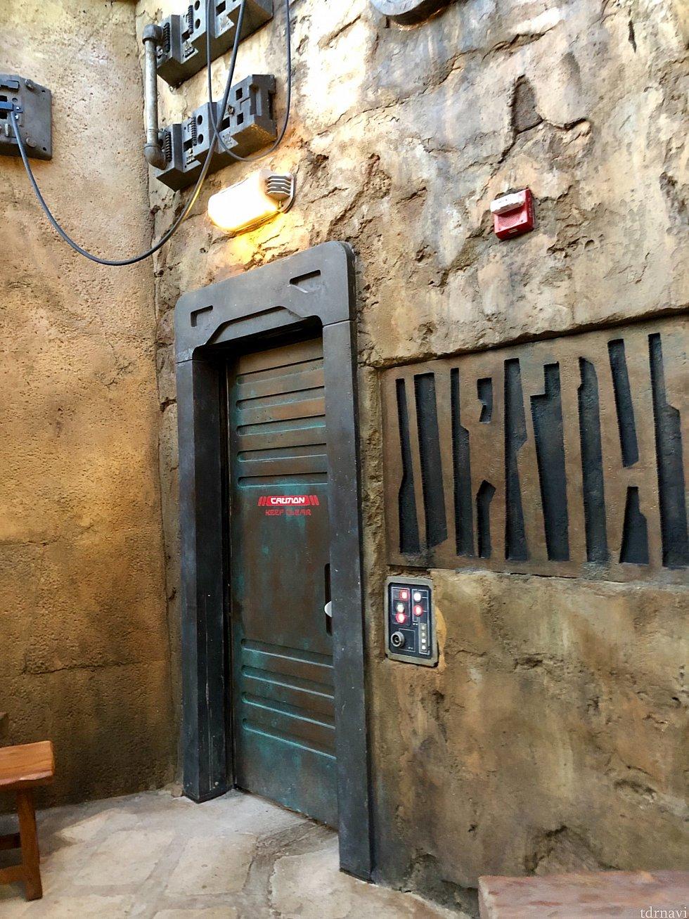 各ドアの横には必ずスイッチ的なモノが付いているんです。思わず押したくなります。