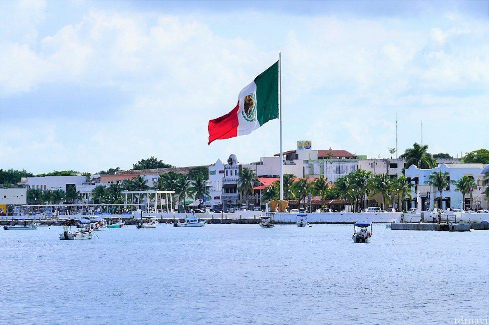というわけでスルーしてきました(笑)道なりに進むと左手にはメキシコの国旗!いい景色ですねー♪