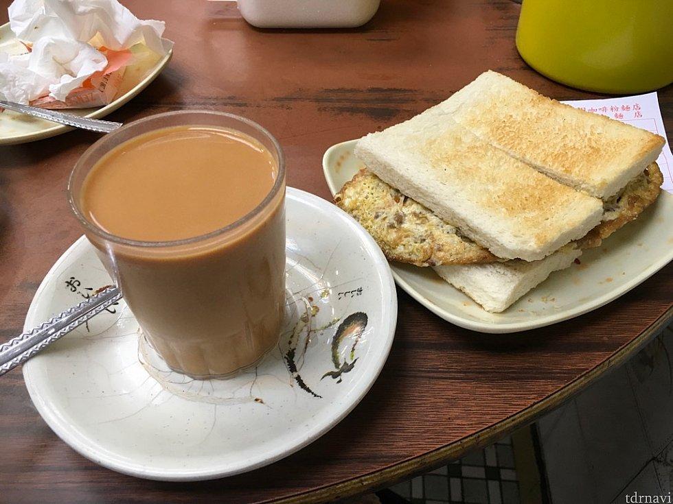 ひき肉入りオムレツのサンドイッチ(21香港ドル)。パンのトーストはオプション(1香港ドル)になるので、一緒にお願いするのがオススメです。パンも香ばしく、家庭の味といったところ。ホットのミルクティー(15香港ドル)と合わせて注文しましたが、店員さんは英語が通じないので指差し注文しましょう