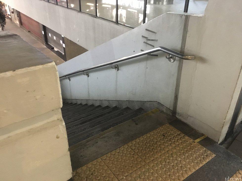 2,30m歩くと左に階段があるので降ります。もう少し先に行くとエレベーターもありますよ