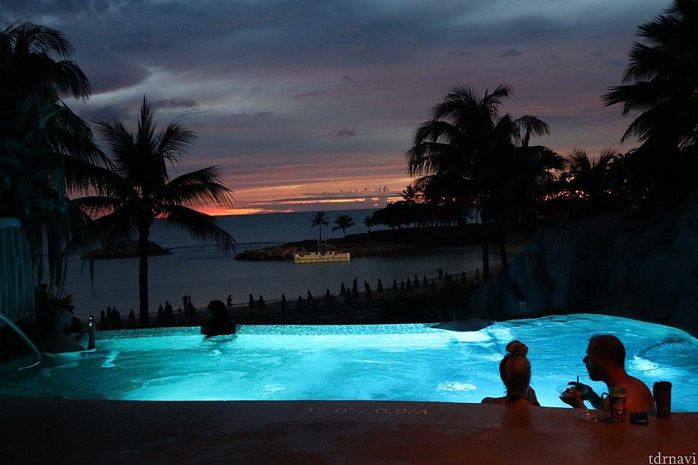 暮れた後のプール散策もライトアップされていて素敵です。