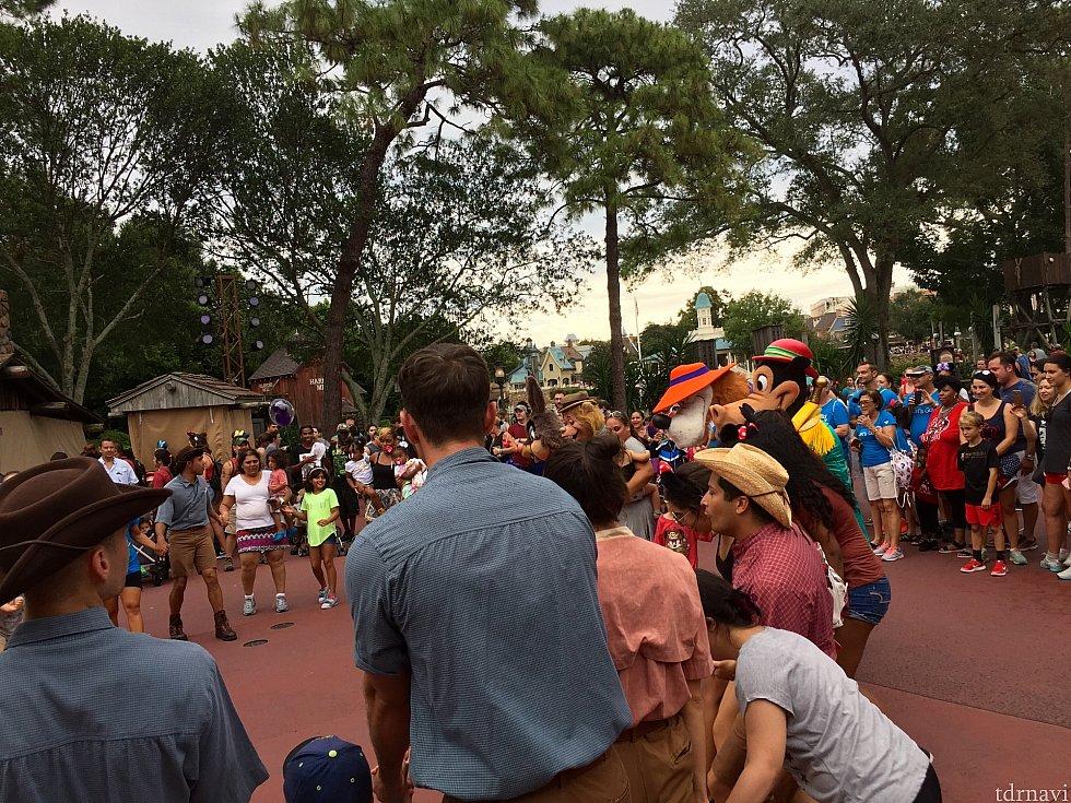 みんなで輪になって踊っています。気がついたら周りは凄い人だかり。