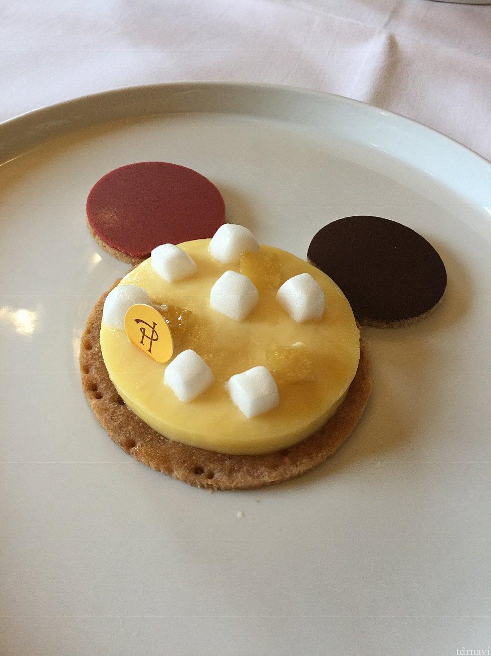 念願のピエールエルメのデザート! 耳はビターとベリーのチョコレート、お顔はレモンムースにメレンゲが乗っていました