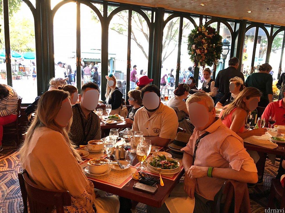 その景色が最高のフランス館で食事をする事にしました。