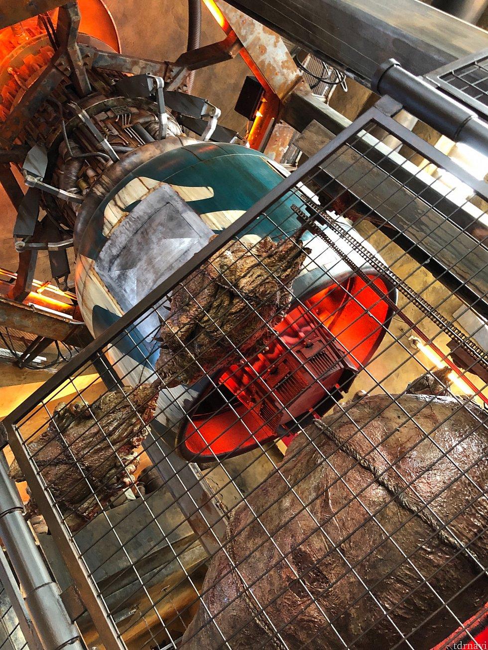 ここはRonto Roasterと言うカウンターサービスのレストラン。ロボットが、ヨッコラセヨッコラセと、このエンジンの横で肉料理を回転させながら調理してました。これ見た感じ凄い熱気なんですが、熱くは無いんです。日向の方がよっぽど熱い…