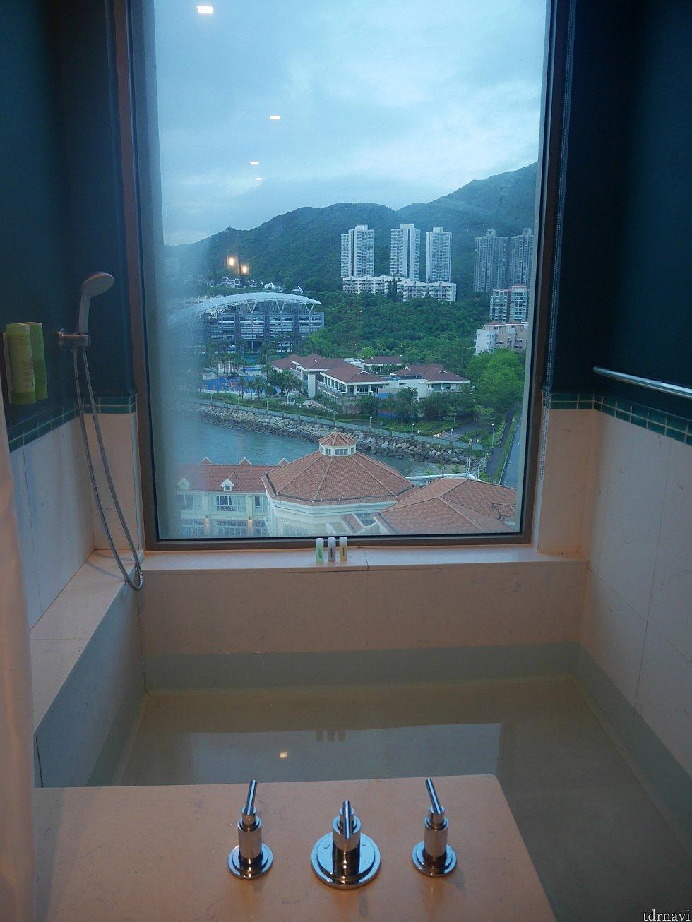 景色を見ながらお風呂に入れます!もちろんロールカーテンがあるので閉められます(笑)