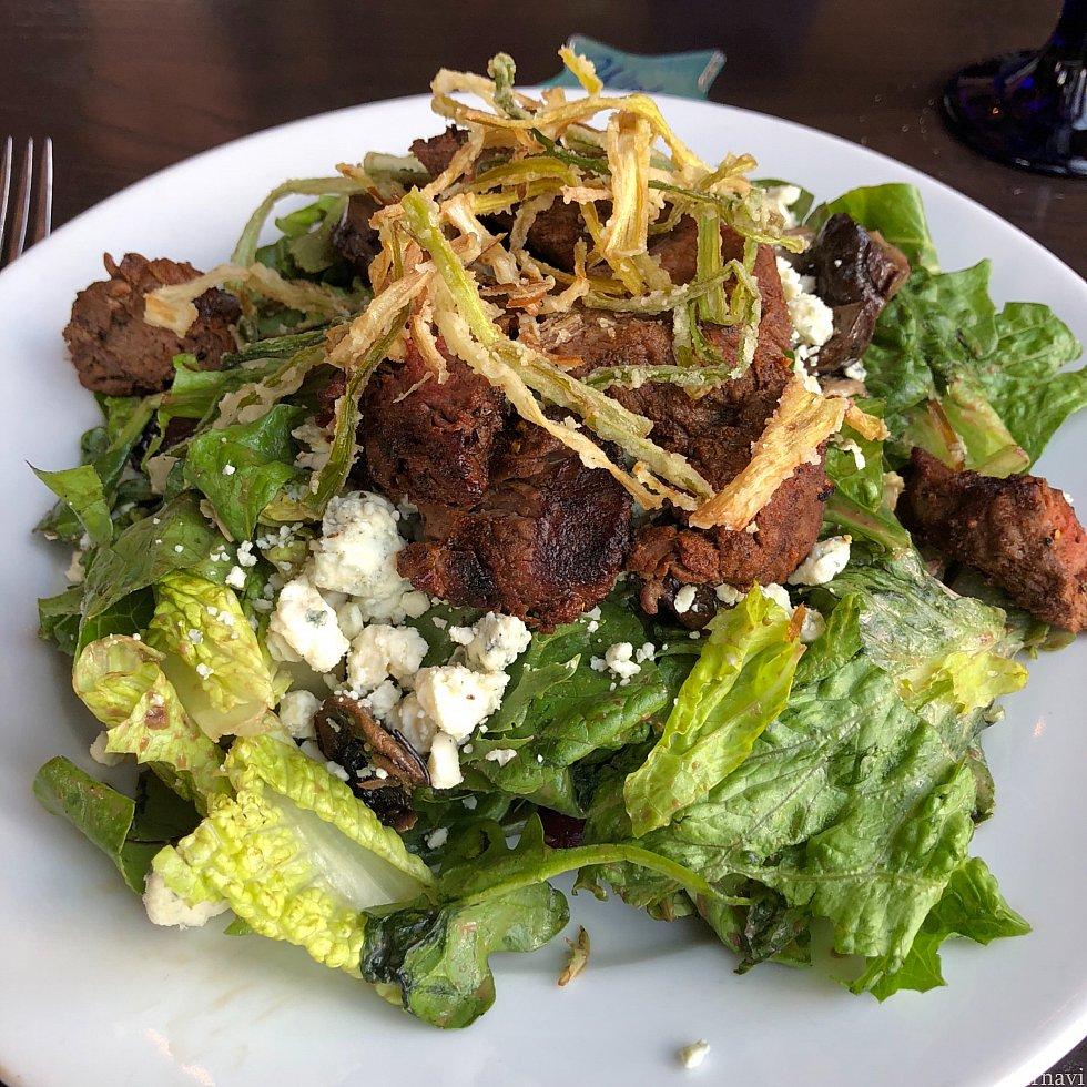 ビーフテンダーロインサラダはボリュームたっぷりで食べ切れないほど。日本なら3人分くらいの量です。 お肉は赤身で食べ応え十分。ブルーチーズのクランブルも載っています。