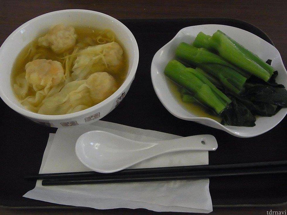 こちらは同行者(母)が頼んだ海老ワンタン麺と青菜?です。 こちらも両方美味しかったです♪