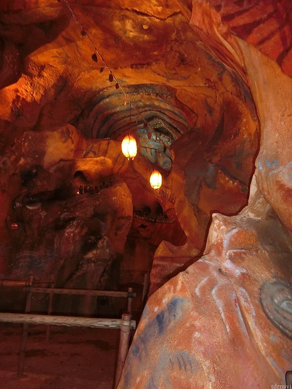 キューライン必見スポットその2。ナヴィの壁画が描かれている洞窟。 ここまではファストパス列で見ることができます。