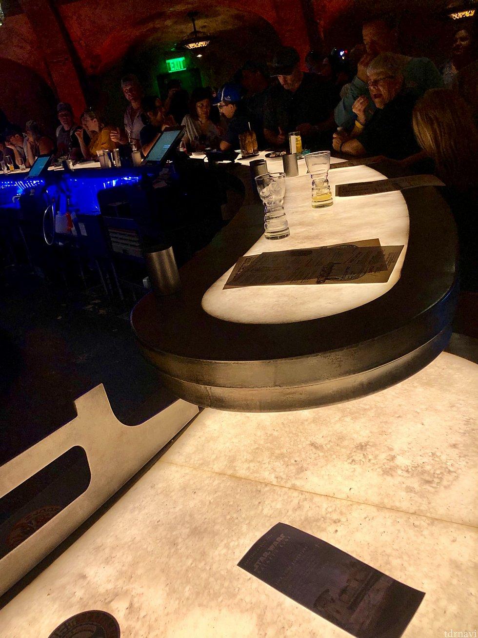バーカウンターが光って、ゲストの顔を照らしているのがオシャレ。エピソード4「New Hope」でルーク達がバーにいる時のBGMも時々かかっていました。