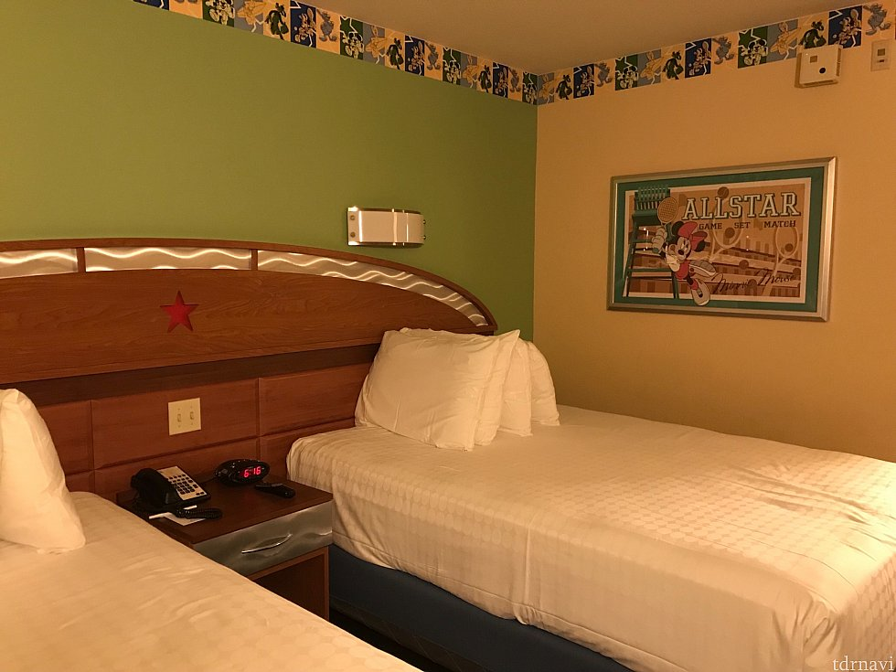 部屋の内装はこんな感じです 入り口を入ってすぐの所に少し空間があり、スーツケースを広げることができました 少し見切れてますがベッドは2台ちゃんとあります