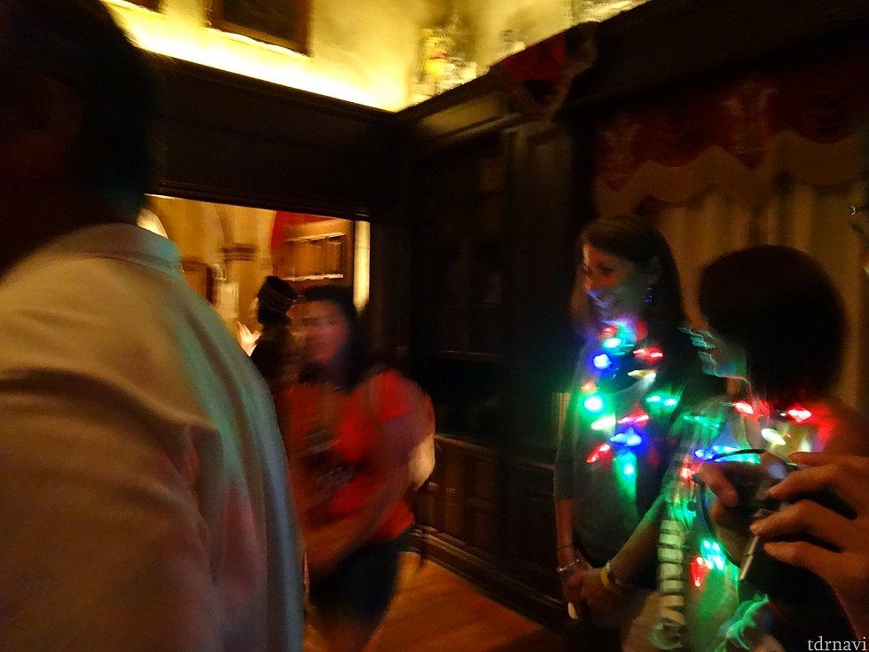 同席したアメリカ人ゲストはファンタズミック用の光り物を終始つけてました(笑)