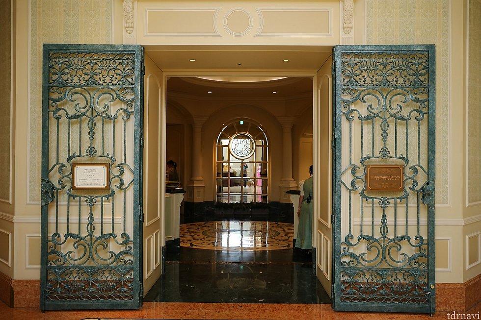 レストラン入り口はコチラ ディズニーランド側の入り口から入り 右に曲がると目の前にあります。 カメラ設定 F値 4.0 SS 1/100 ISO 800 WB 4000 ストロボ使用
