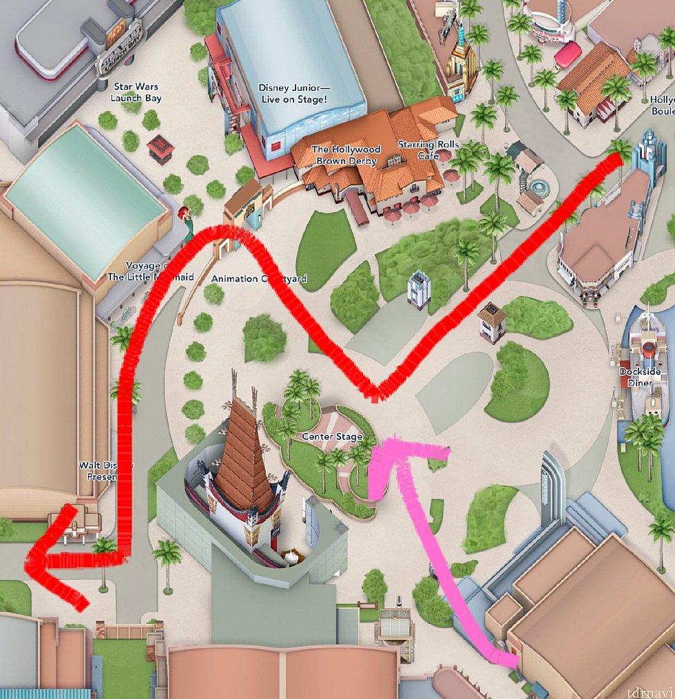 スタバ前からトイストーリーランド入り口までの移動。途中ピンクの矢印のところからも列がキャスト誘導で合流してました。スピードはちゃんと合わせて先頭が合流。どこで待機していたのかは不明です。