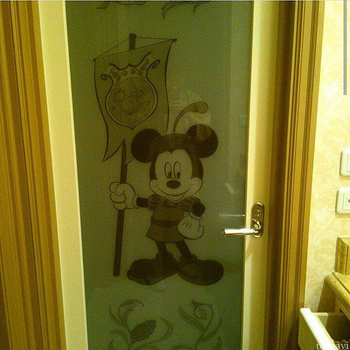 浴室のドアにミッキーが♡