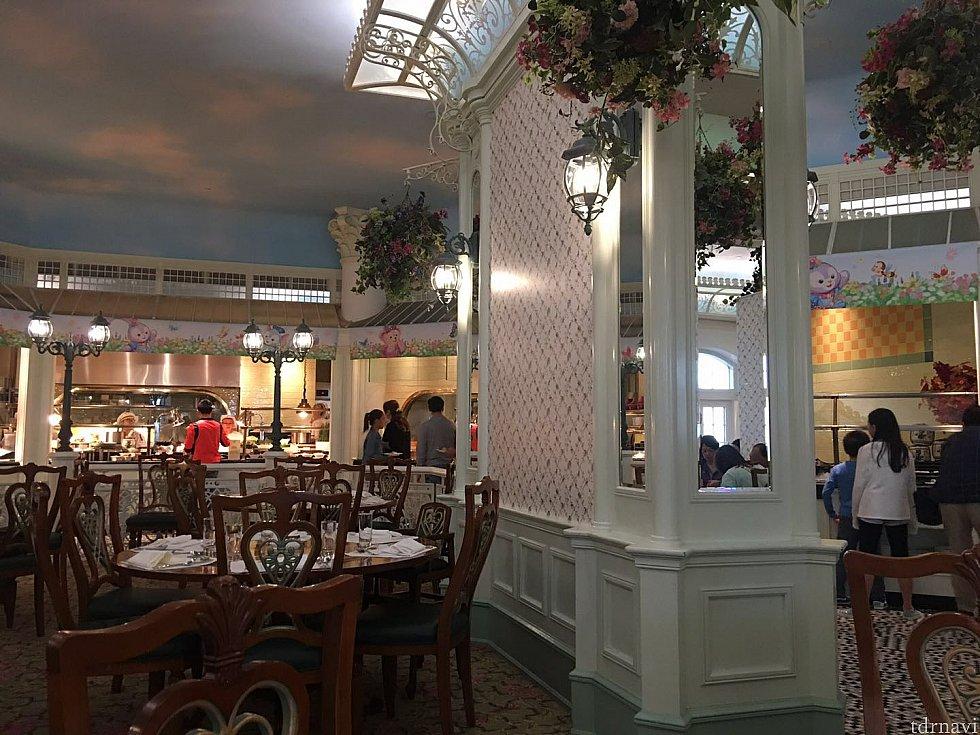 広い客席。ブッフェスタイルのディナーとなります。