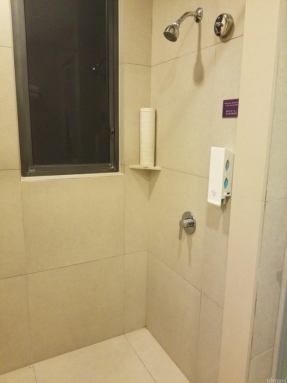 固定式のシャワー水圧は問題ないです。 3inのみなので用意して行くことをオススメします。