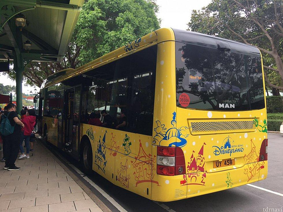バスは黄色のラッピングバスです。