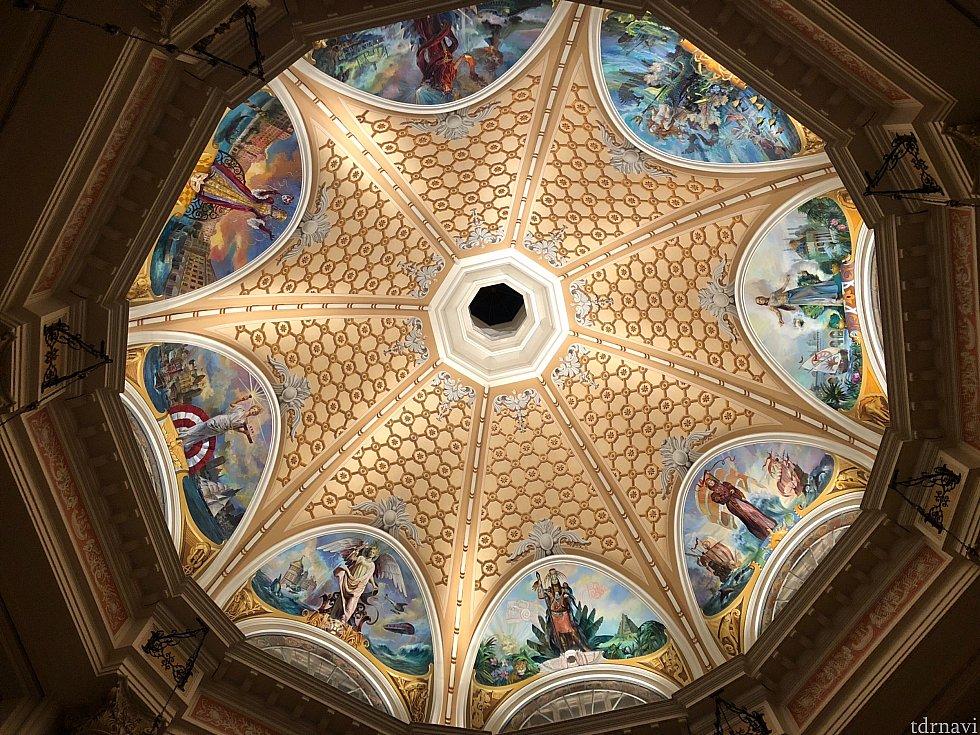 ロビー天井 ※7つのテーマポートを元に描かれています。
