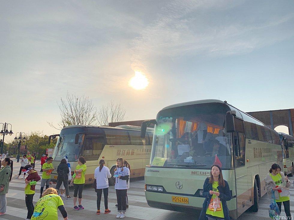 集合場所には荷物を預けられるバスがあります。 同梱されてるちっちゃなゼッケンを貼って渡すと引き換え用の整理番号シールを貰えます