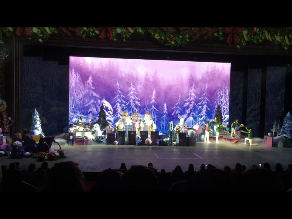 えっ、生バンド!?ウォルト・ディズニー・スタジオでは「ミッキーのクリスマスビッグバンド」もやっているのに…!