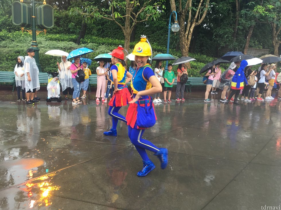 ヘルメットをかぶっているダンサーさんは、ショーモードでは大型のフロートから伸びるホースを使って放水を始めるので油断せずに!
