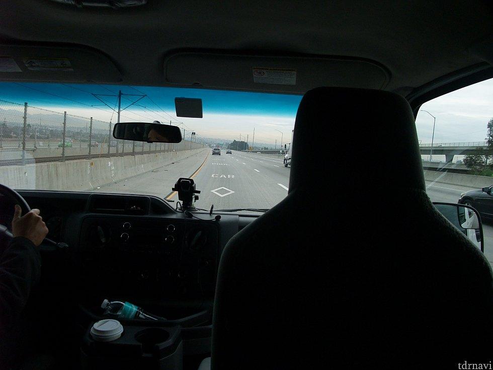 送迎車で一路、宿泊先のディズニー・パラダイス・ピア・ホテルがあるディズニーランド・リゾートへ!