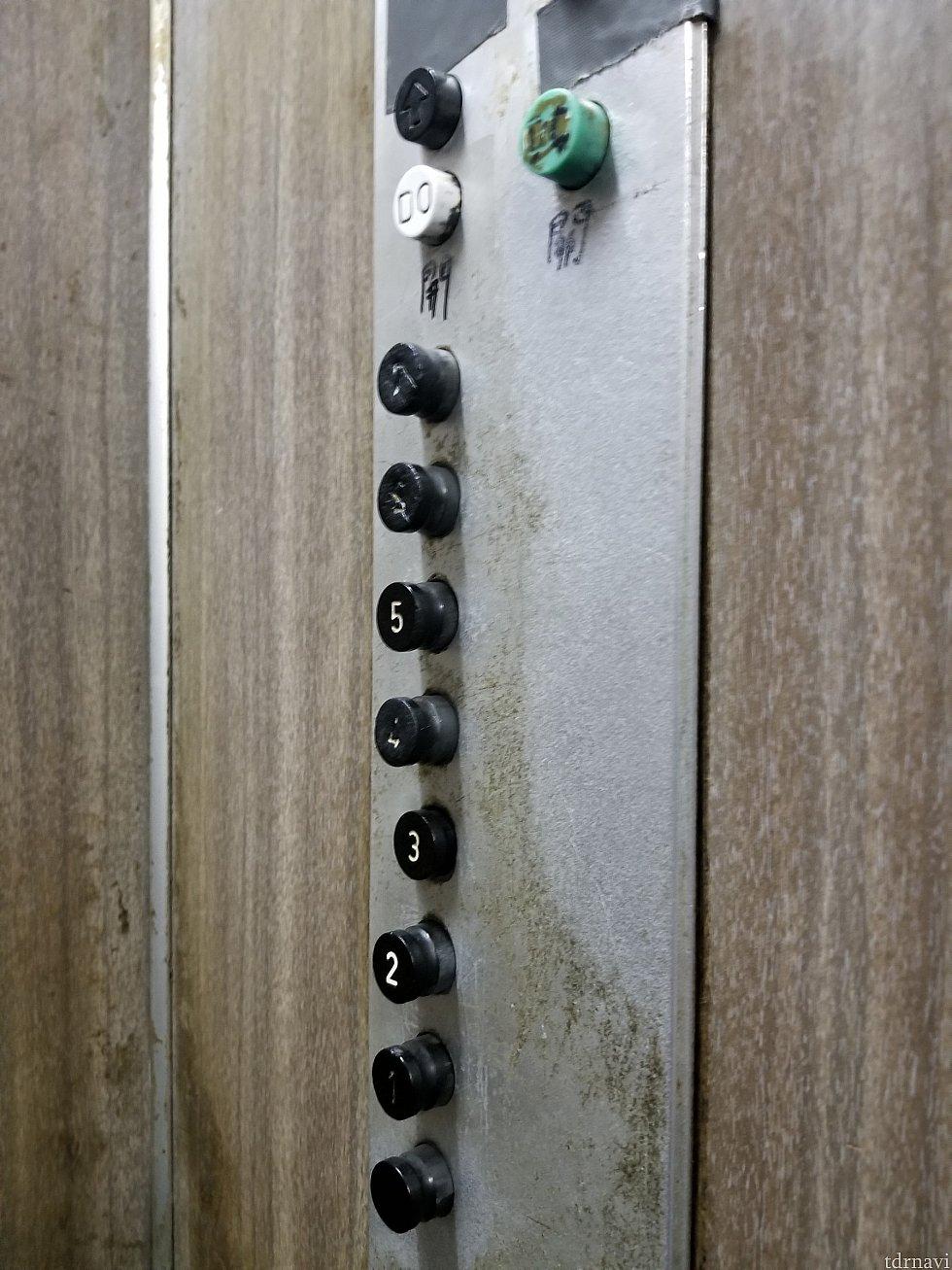 エレベーター内のボタン 行きたい階をポチリ 着くとボタンは戻ります 乗る時ちょっとドキドキしました😅