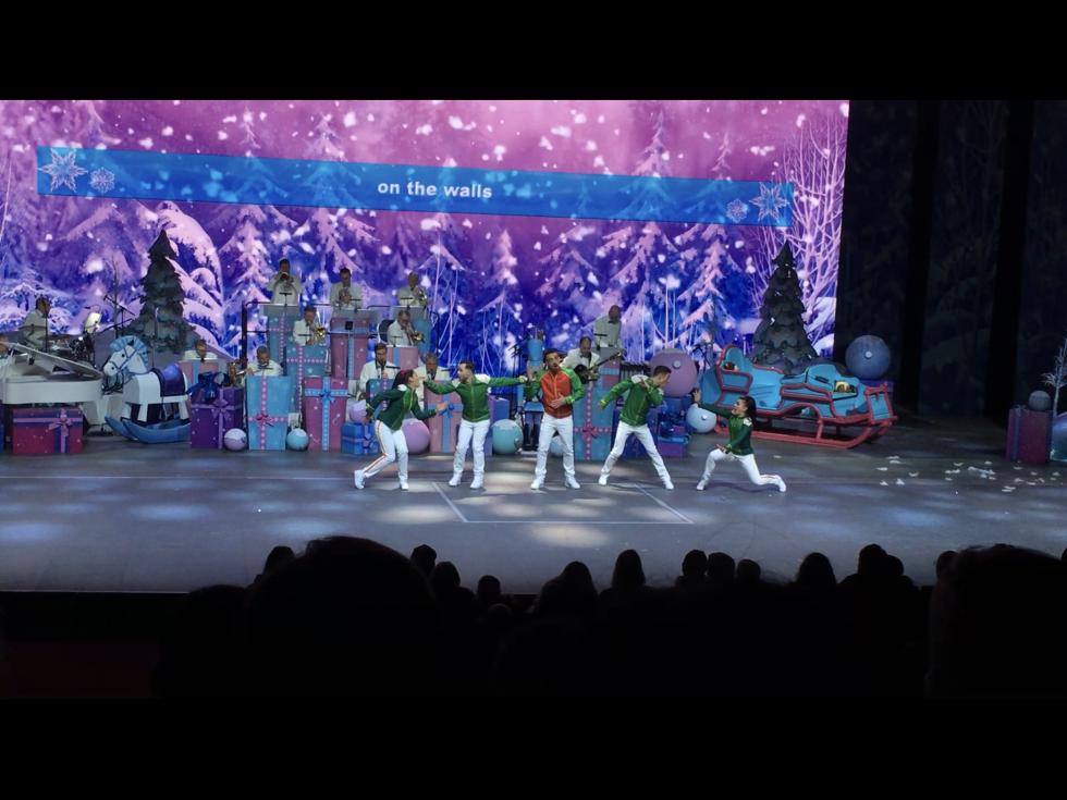 ドナルドが退場すると同時に雪玉が登場!ここでシンガーさんが「雪だるまつくろう」を唄い出します。途中から「一緒に歌いましょう!」と