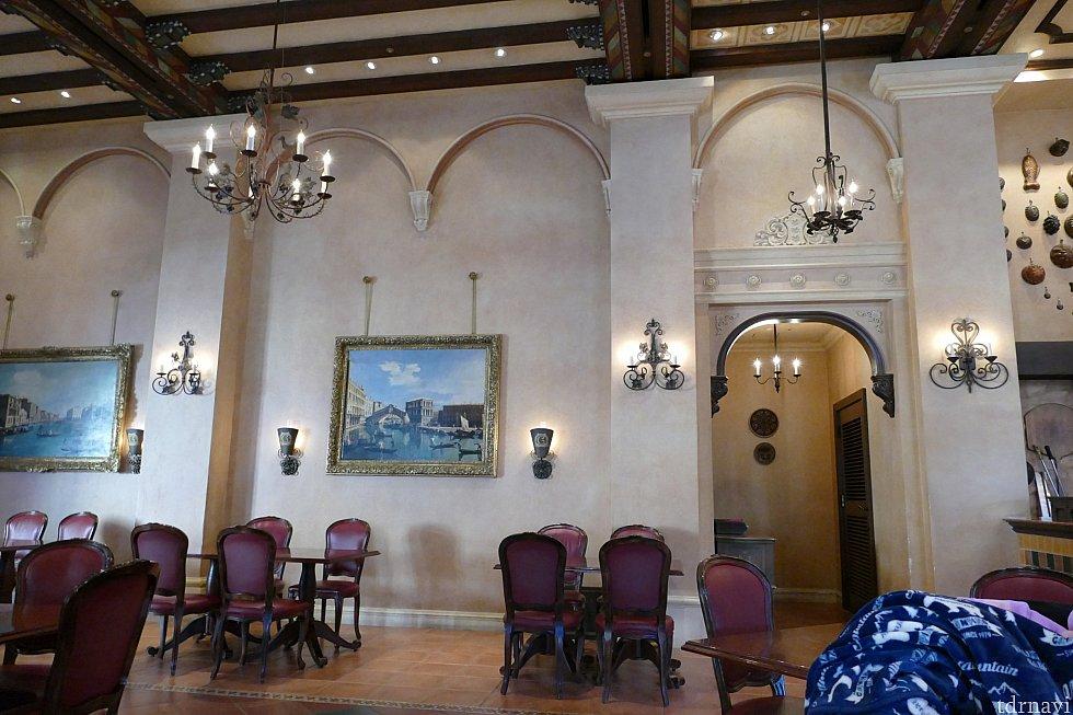 店内にあるベネツィアの風景画はカナレットが描いたもの