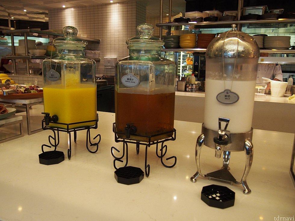 ジュース。オレンジ、アップル、牛乳の3種です。