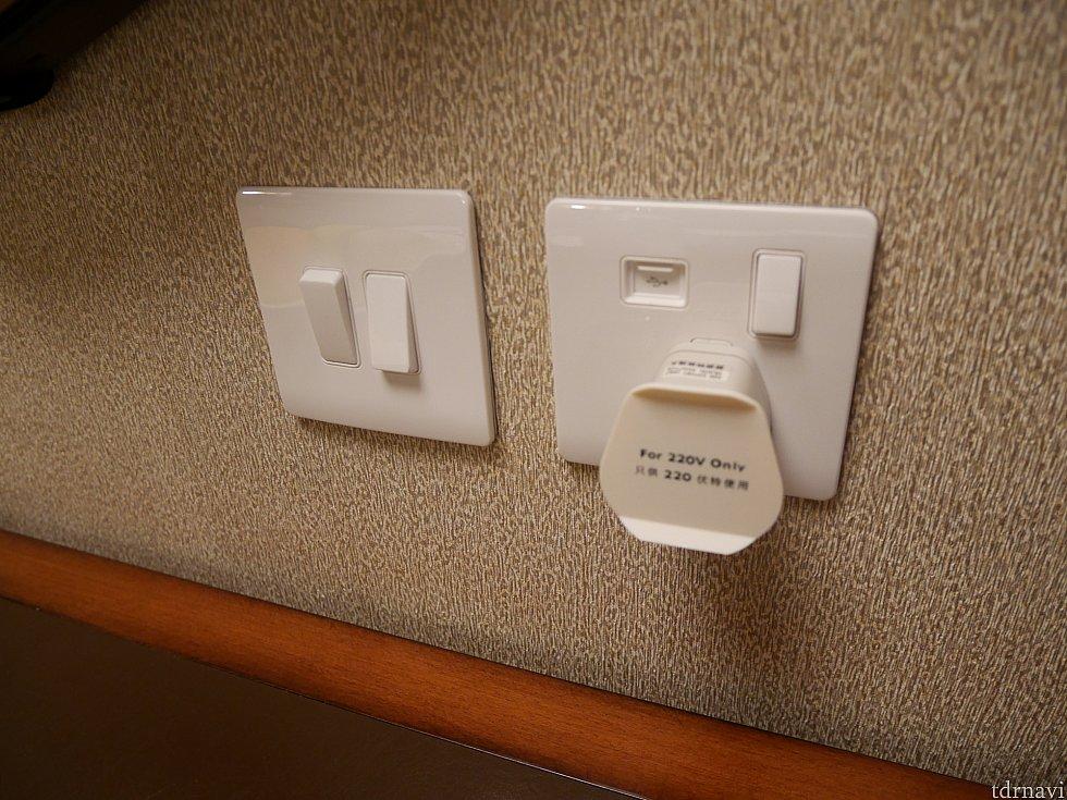 お部屋にひとつだけ変換器がついてます。USBポートあり!