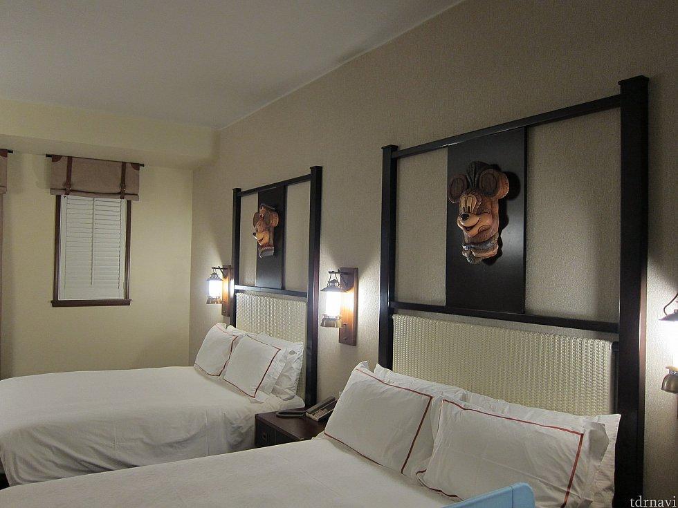 部屋にはお面が飾ってあります。よく見るとちょっと怖い。