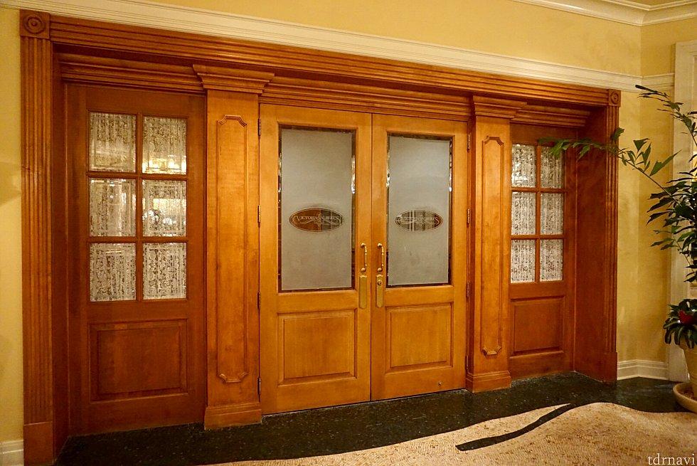 Victoria & Albert's の入口。かなり地味な入口で、行った時はドアが閉まっていました。知らなかったら見逃しそうです。