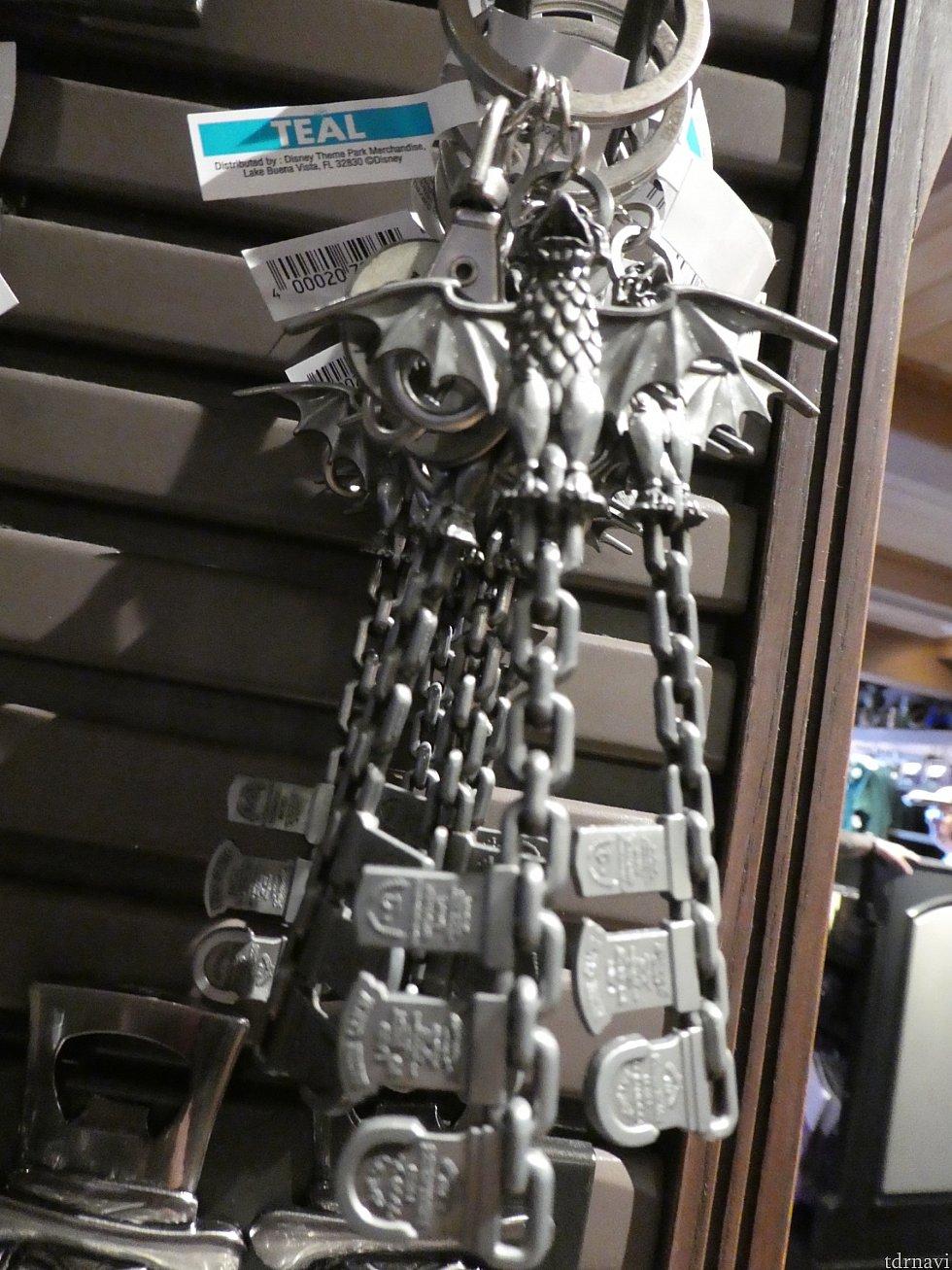 ・鍵のキーホルダー。上部についてるのは誘導用ロープのポールについているのと同じ、あれ。