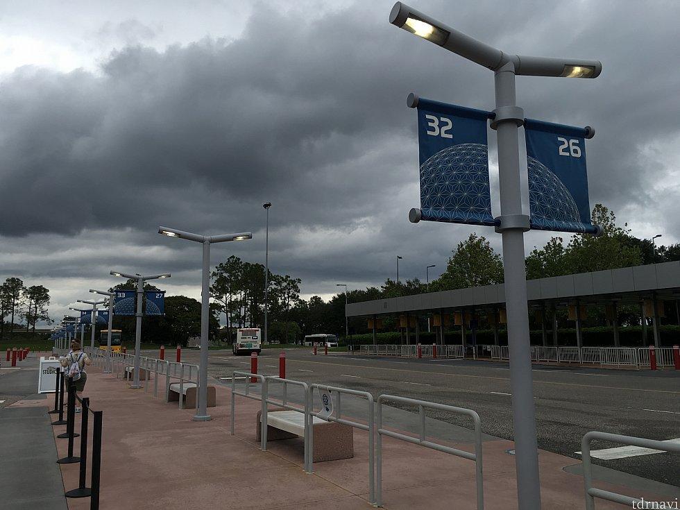 エプコットの屋根のないバス乗り場で待つ…かんかん照りでもなく、雨も降らずだったのが救いです。