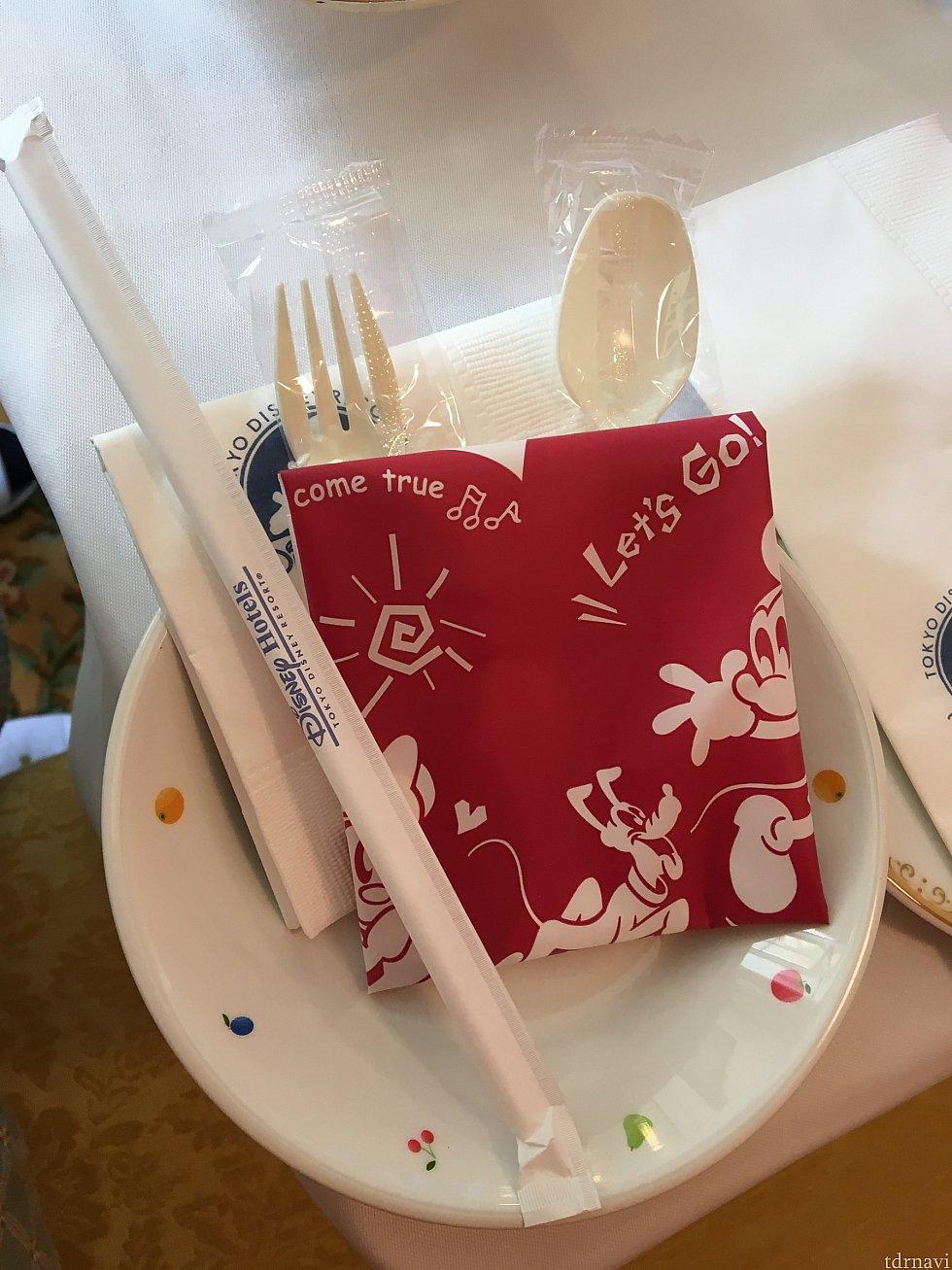 子供用のお皿とビニールのエプロンもお願いすると持ってきてもらえます。