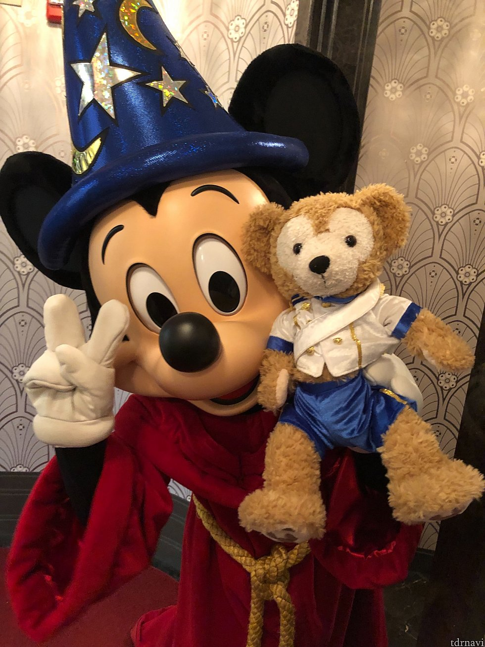 私のダッフィー気に入ってくれてるミッキー🧸 ピースしてくれた✌️ カメラロールがミッキーだらけになるくらいたくさん撮ってくれました! ミッキーがたくさんポーズや撮り方決めてくれたので、ミッキーと撮りたい人はここがオススメです!