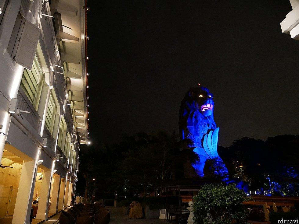 夜のマーライオンはなかなか怖いです(笑)