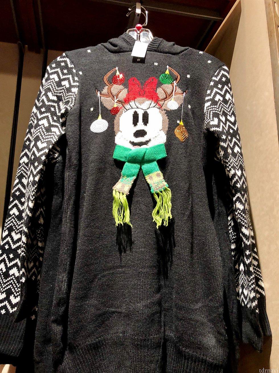 次はセーター類です。こちらはミニーのセーター。ミニーの耳付きのフードが付いています。$64.99