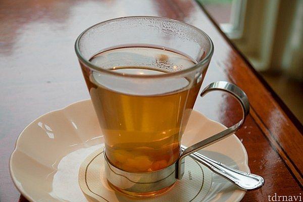 ミッキーウォーマーと呼ばれる飲み物。 紅茶とアンズ(?)とハチミツたっぷりの甘めの飲み物です。
